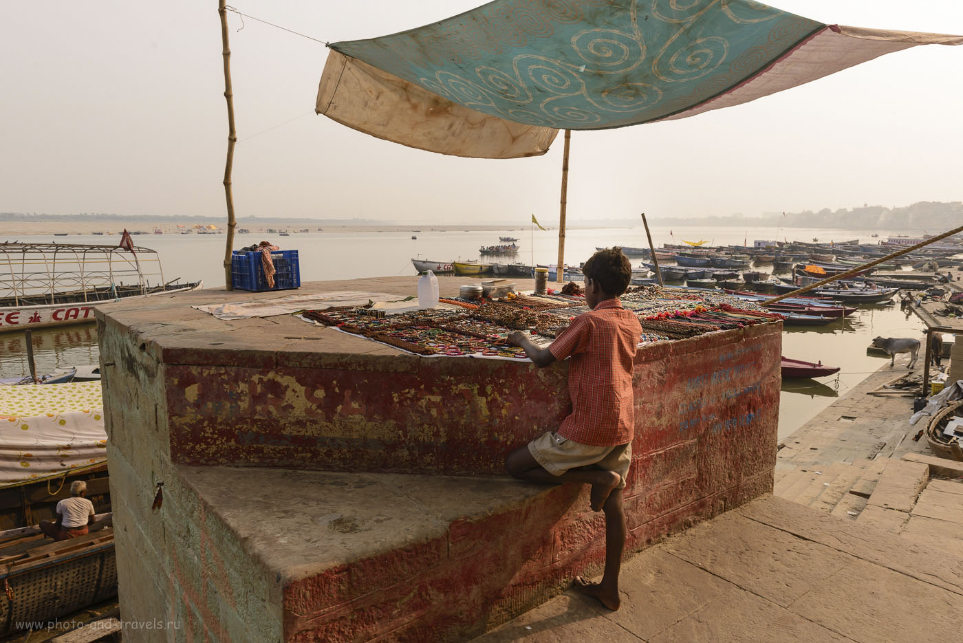 Фотография 10. Продавец сувениров в Бенаресе. Отчет о путешествии по Индии. 1/125, 10.0, 200, 24