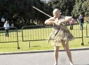 Андрей Налин танцует танец маори