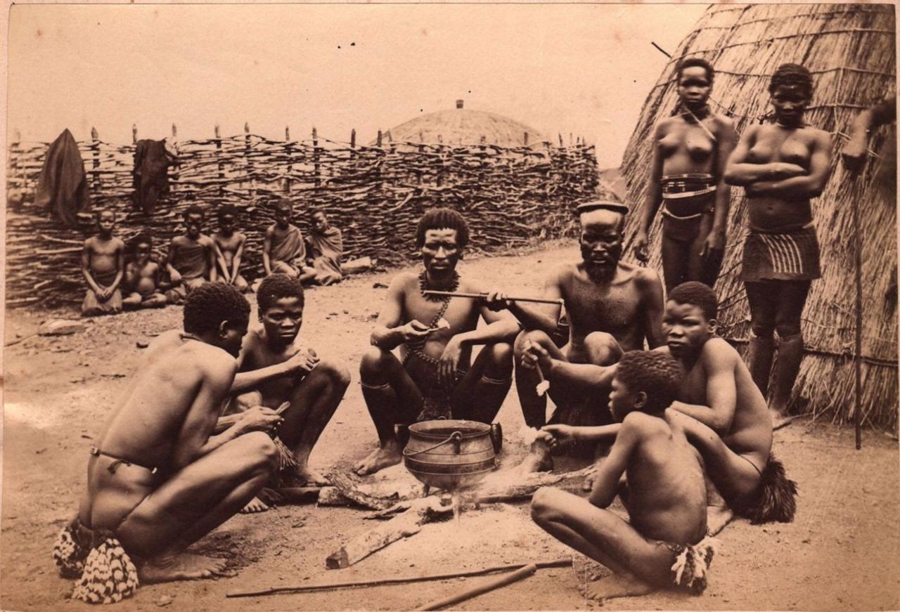 1890. Группа зулусов во время еды. Южная Африка