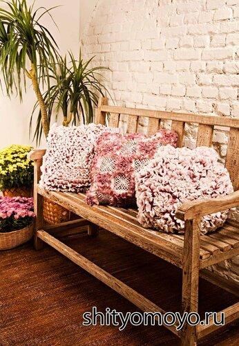 Цветочная подушка, связанная крючком. Описание и схемы бесплатно