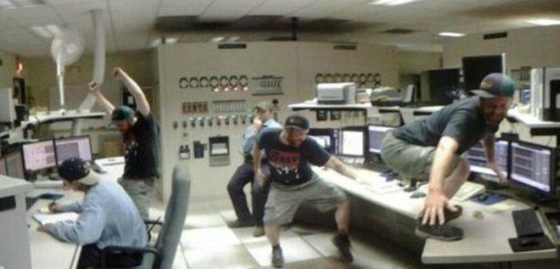 Странные люди на странном рабочем месте