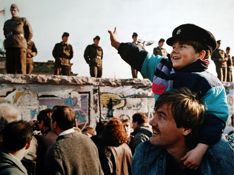 25 лет падения Берлинской стены. Уникальные исторические фотографии 0 1b49e1 2269f993 XL