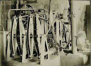 Вид бензинового двигателя конструктора О.С.Костовича (построен в 1880 г. для дирижабля «Россия» его же конструкции жесткой системы с деревянным каркасом); двигатель построен в Санкт- Петербурге русскими рабочими, при
