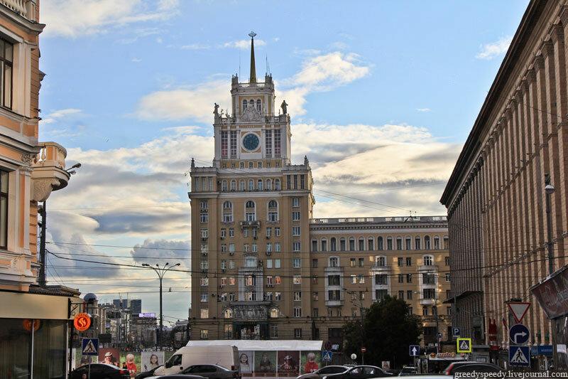 Гостиница Пекин. Построена в 1940—1956 годах, архитектор Д. Н. Чечулин.