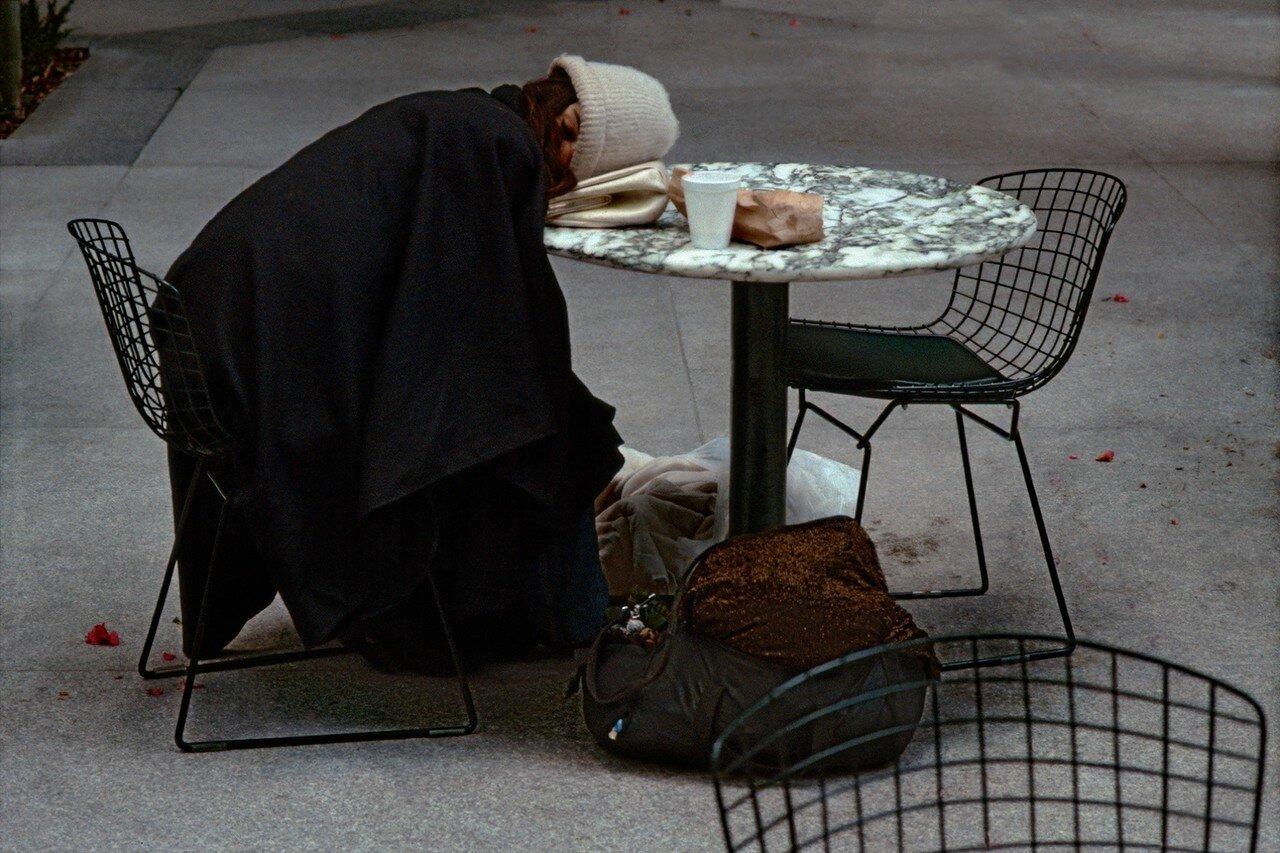 1984. Бездомная женщина спит за столом