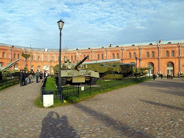 Военная техника во дворе Музея Артиллерии