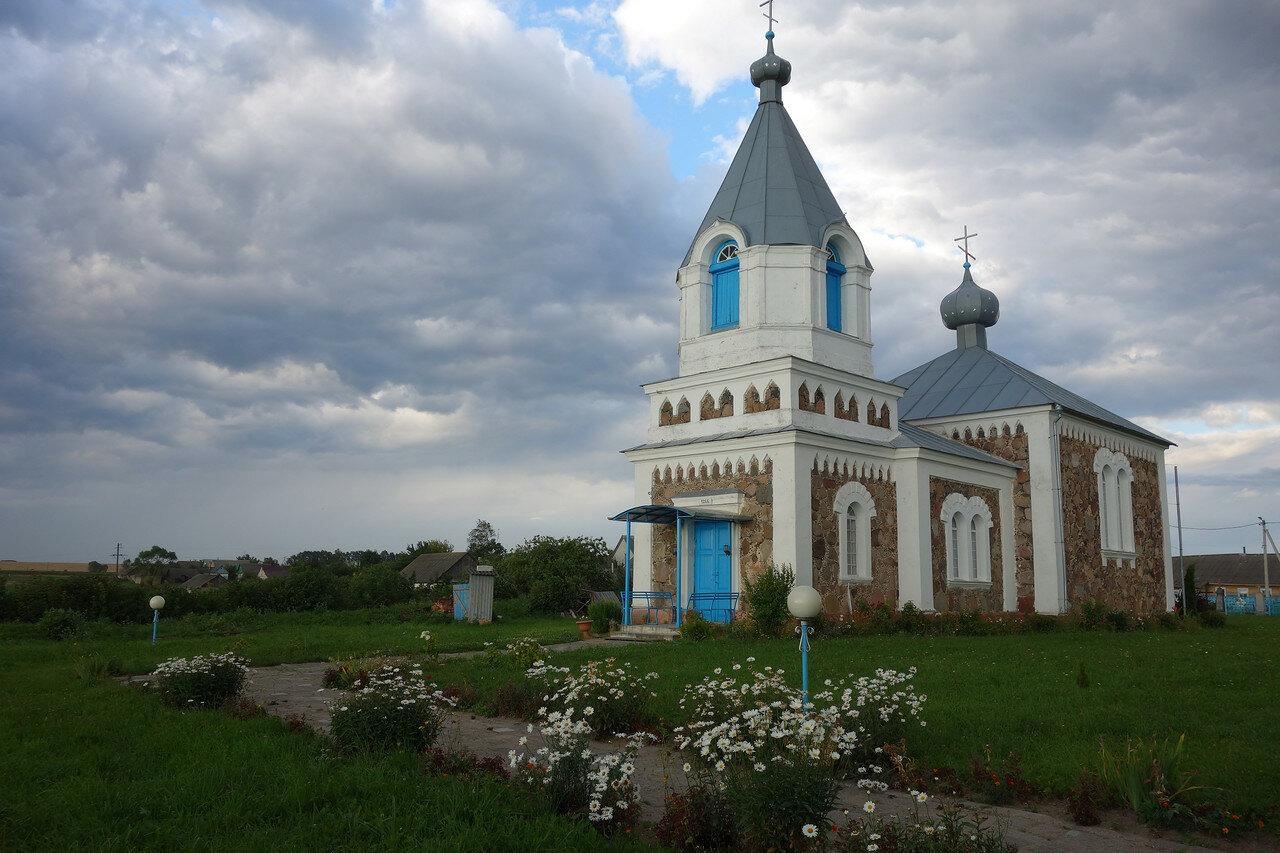 храм 1866 года и ромашки