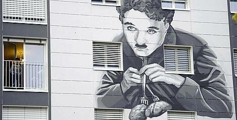 WOHNBLOCK HAUSGRAFFITI GEBAEUDE GRAFFITI CHARLIE CHAPLIN