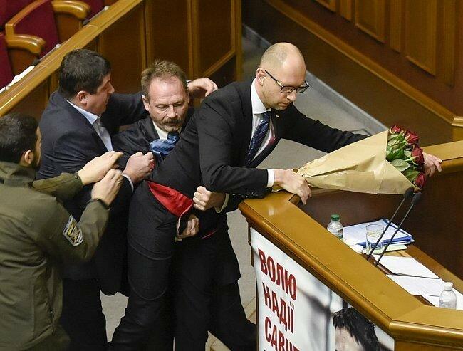 Народный депутат Олег Барна пытался вынести премьер-министра Арсения Яценюка из-за трибуны, когда тот выступал с отчетом в Верховной Раде (фото - ЕРА).jpg