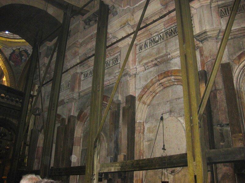 Стена мраморной часовни в Храме Гроба Господня