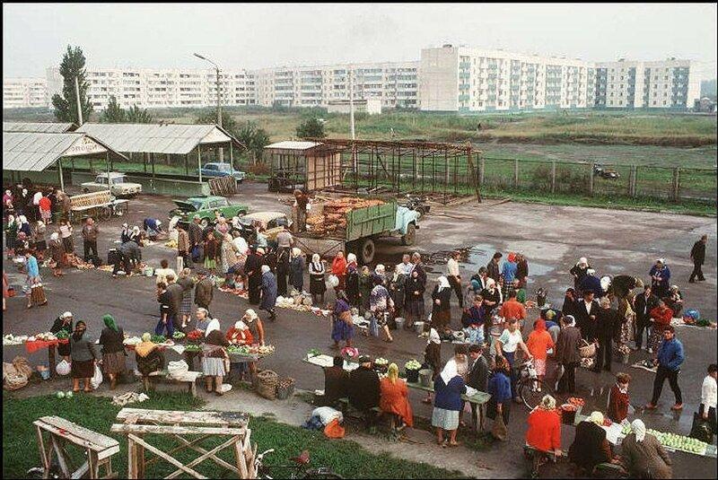 Переслав, городок в 60 км к югу от Киева. Местный рынок. 1988 год.