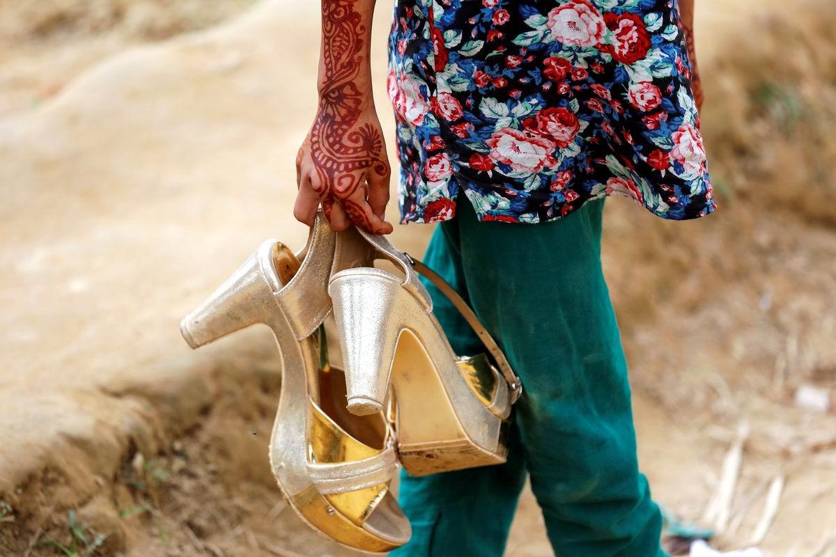 А модные туфельки надо поберечь!: Босоногая бангладешская красотка