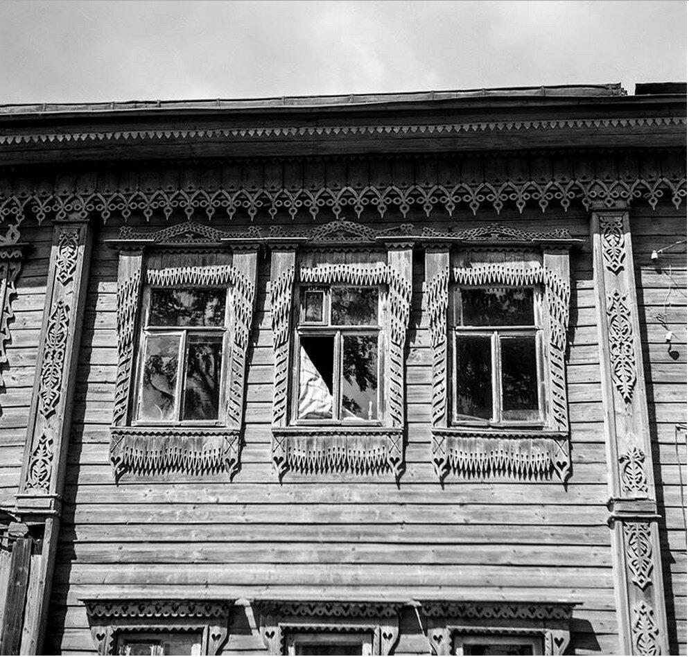 Фасад деревянного дома. Окна
