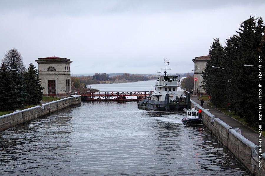 Буксир-толкач «Речной-63» в камере шлюза №1 канала имени Москвы. 1971 год постройки. Проект 908