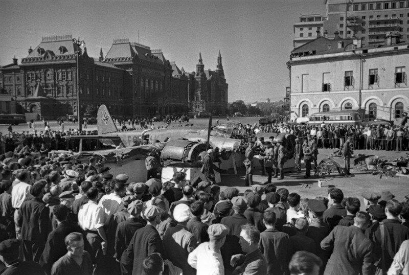 08 Сбитый немецкий самолет на площади Свердлова. Июль 1941 г.jpg