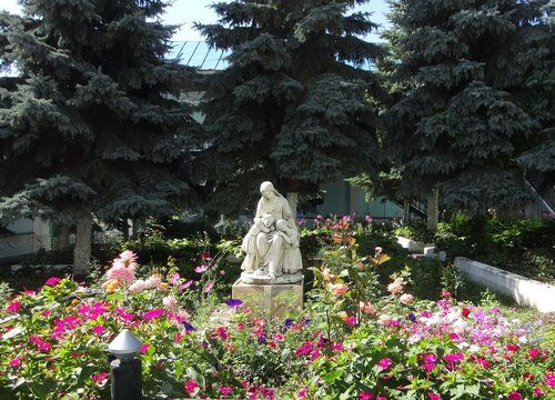 У Сергиево-Казанского собора