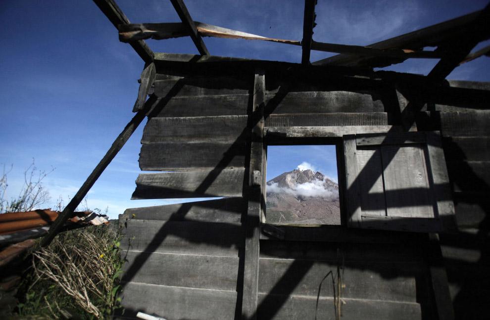 12. Церковь не спасла, просто приняла на себя удар. Село Simacem, Северная Суматра, Индонезия,