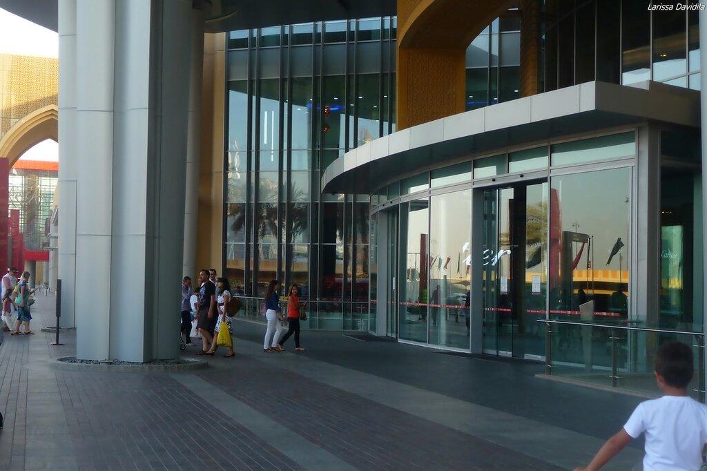 Один из входов в торговый центр.