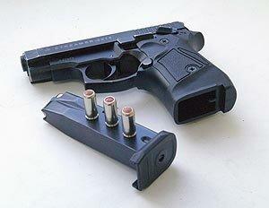 ... И  заряженный пистолет ПМ под  пассажирским сидением обнаружили в автомобиле во Владивостоке