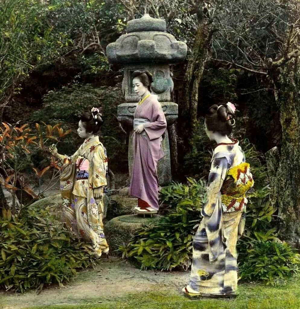 Три гейши и каменный фонарь