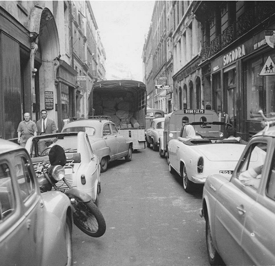 1951. Уличная сцена