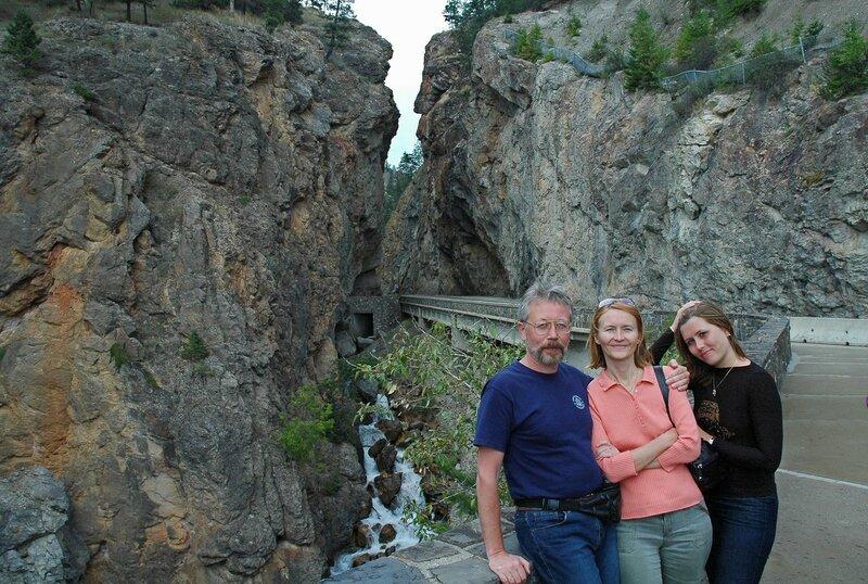 Семейный портрет на фоне скал...
