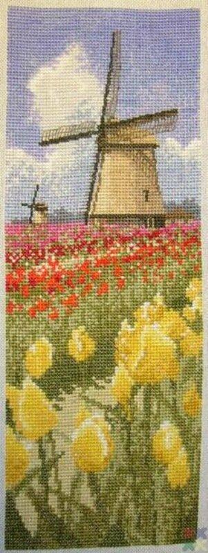 Панель из Интернациональной серии Heritage - Тюльпаны.  Вышивала по схеме из Интернета.  Не оформлена - ждет еще две...