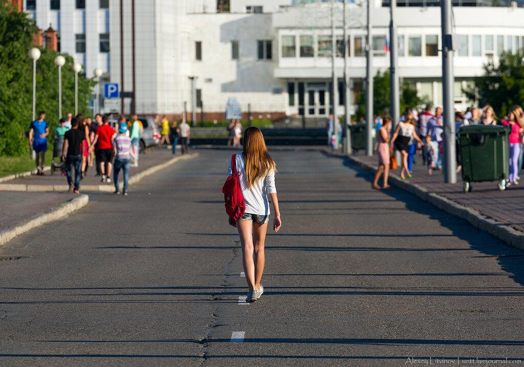 Девушка шагает босиком 17 фотография