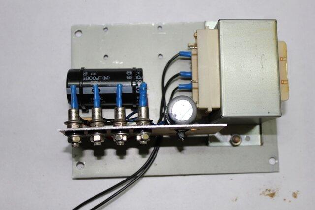 Затем установил микросхему КР142ЕН5А через изоляционную прогладку и шайбу на радиатор.