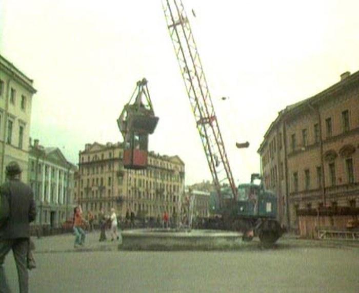 12. Перед этим зданием нет не то что львов, но и фонтан — тоже выдумка Эльдара Рязанова.