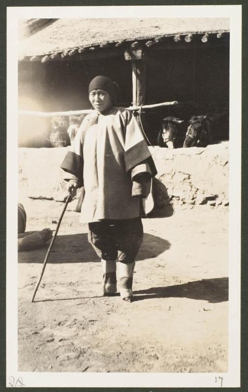 Биньчжоу, во дворе, женщина с маленькими ножками