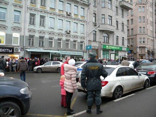 Полицейские терпеливо объясняют где начало очереди