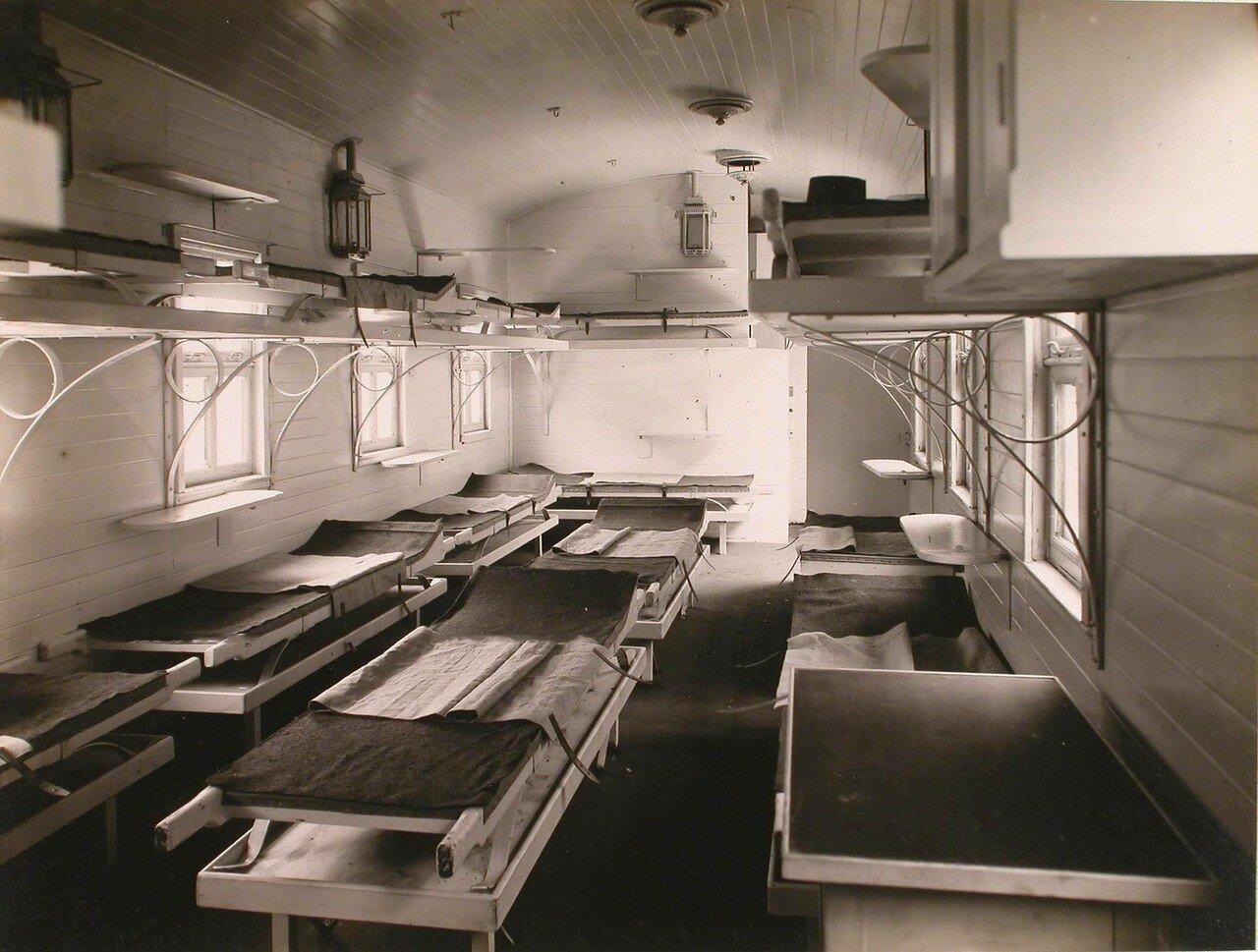 15. Внутренний вид вагона в передовом санитарном поезде,оборудованного для тяжелораненых офицеров