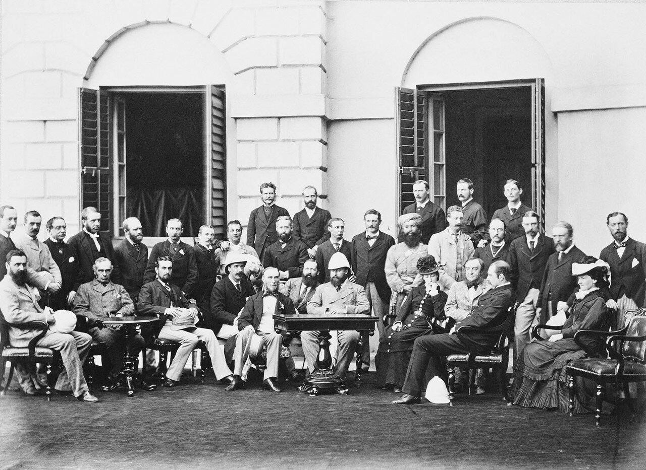 168. Принц Уэльский, лорд Нортбрук и свита возле резиденции губернатора в Калькутте