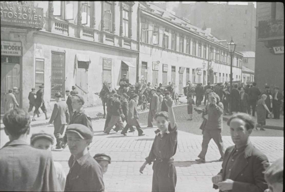 Переполненная улица в еврейском районе Варшавы в шабат, когда все магазины закрыты