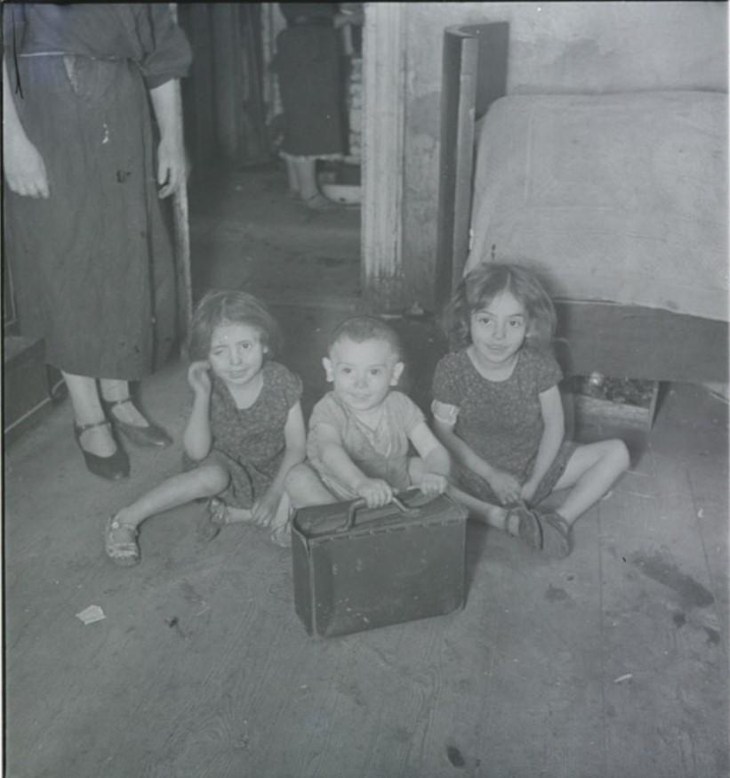 Сара, ее братья и сестры в подвальном жилище