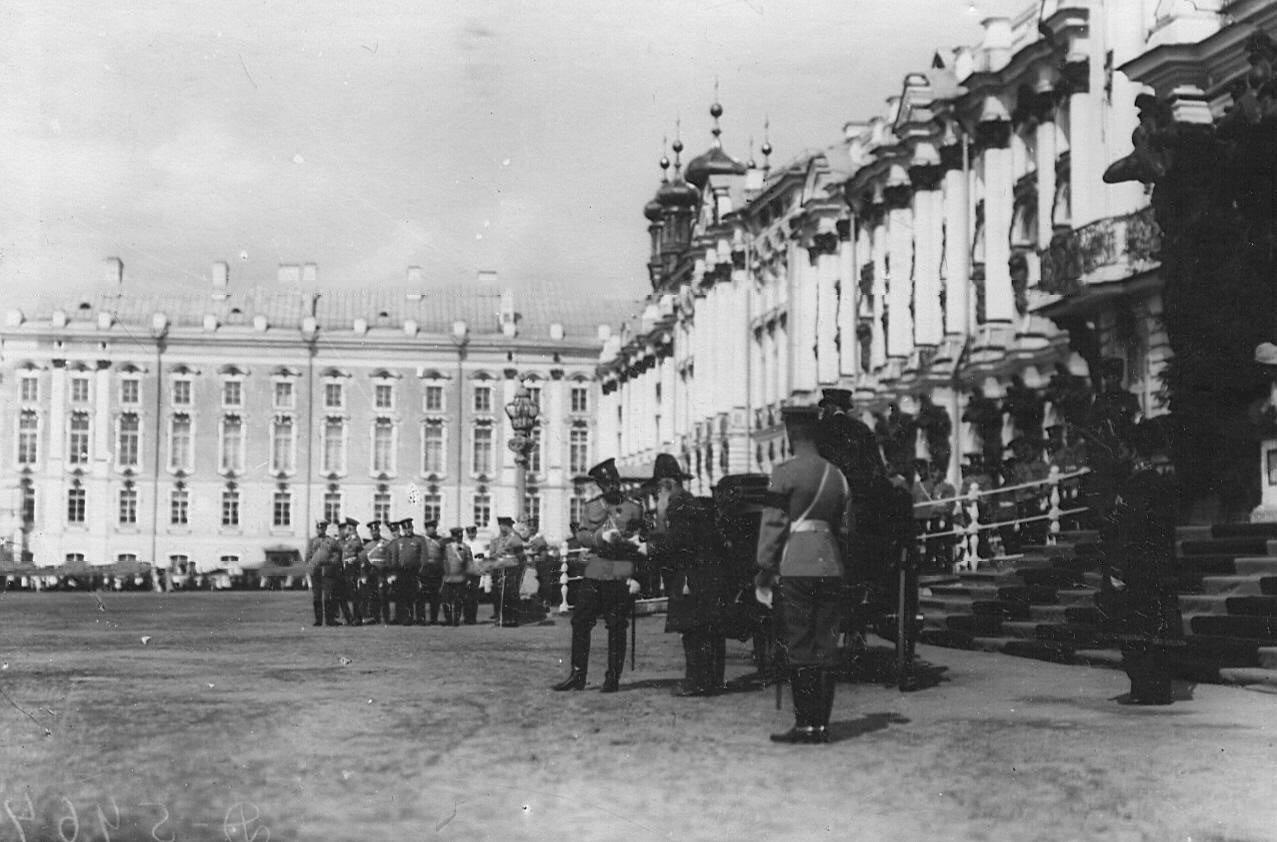 02. Император Николай II принимает рапорт инспектора народных училищ