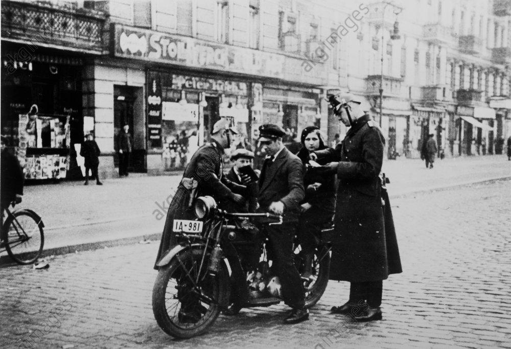 Berlin 1932/Polizei bei einer Razzia... - -