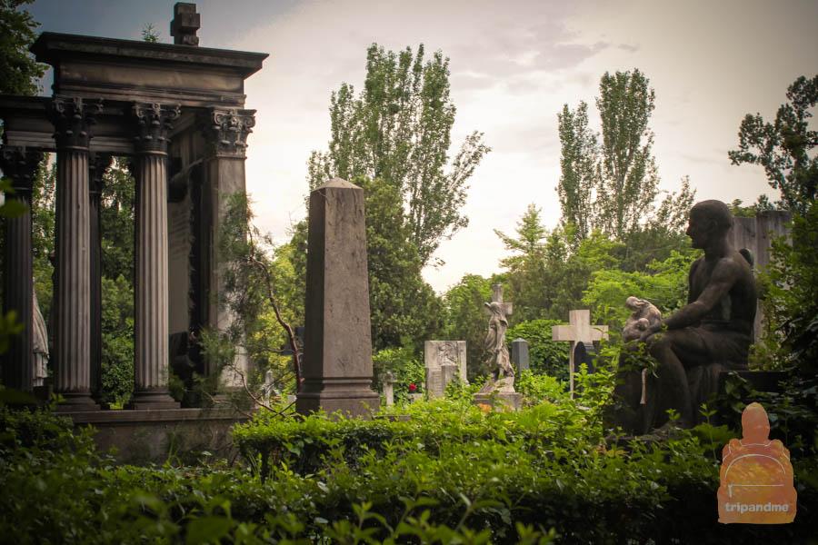 В пасмурный день на кладбище наверняка мрачновато
