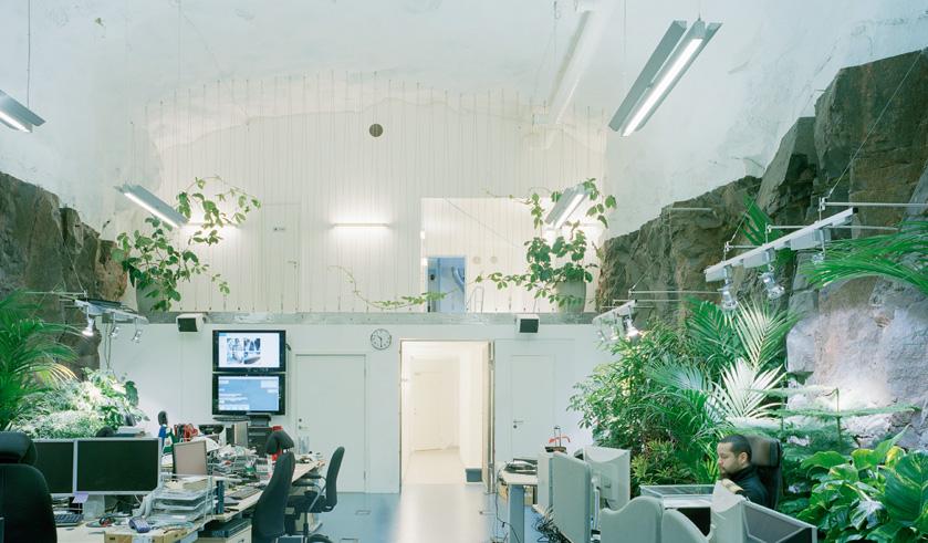 3. Этот офис, спрятанный в самом центре Стокгольма под 30-метровым слоем гранита, отличается не толь
