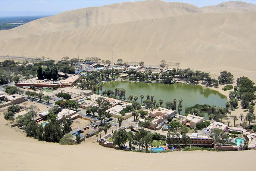 16. Уакачина, Перу В этом оазисе, находящемся в нескольких километрах от города Ика, проживает всего