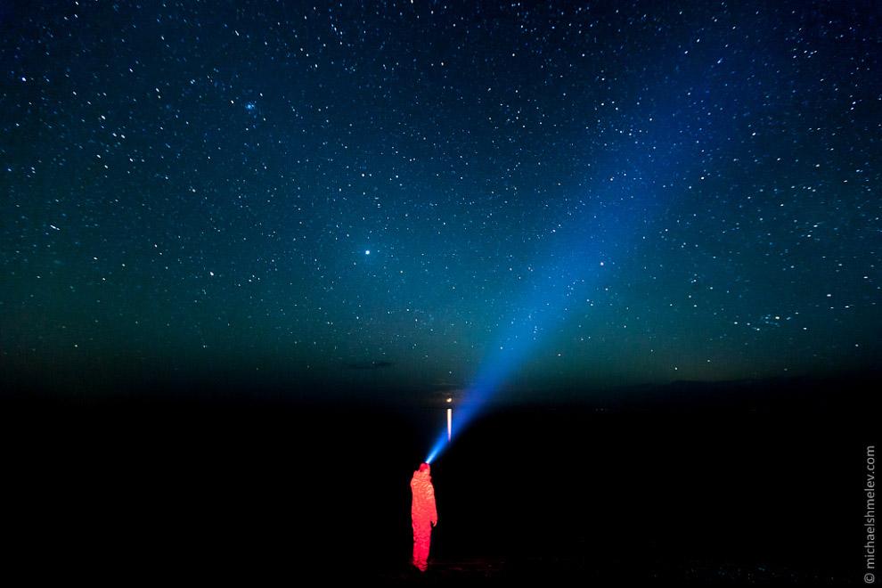 Среди безжизненных красных скал ущелья Кызыл Коргон иногда можно встретить небольшие пятачки зе