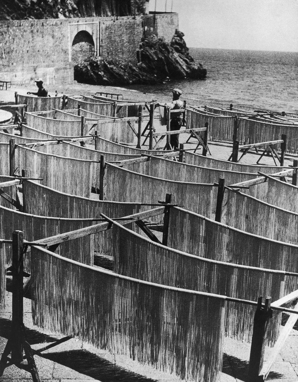 Спагетти сушатся на пляже Амальфи, Италия, 1949 год.