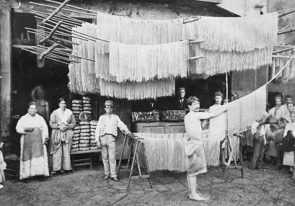 Паста развешана для сушки на рынке.