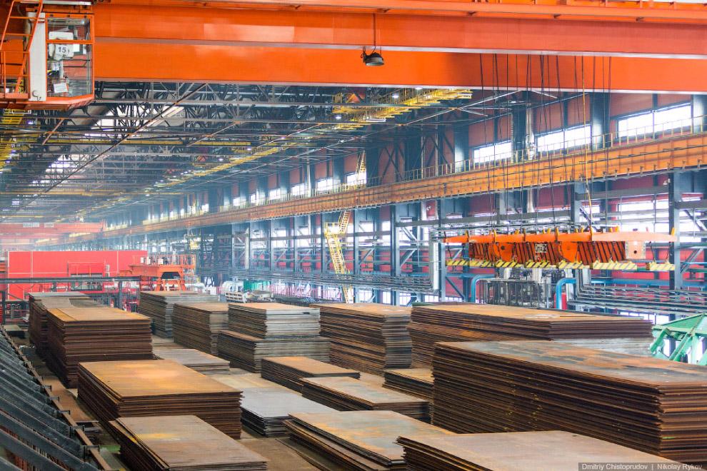 На производстве работают мостовые краны с магнитными присосками и вакуумными траверсами: