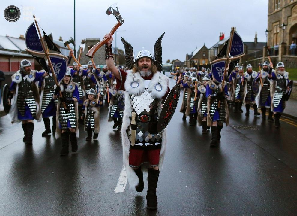 Up Helly Aa! Шетландский фестиваль во славу викингам (15 фото)