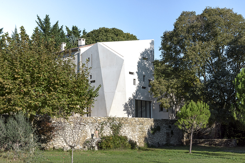 Многогранная пристройка из бетона во Франции (15 фото)