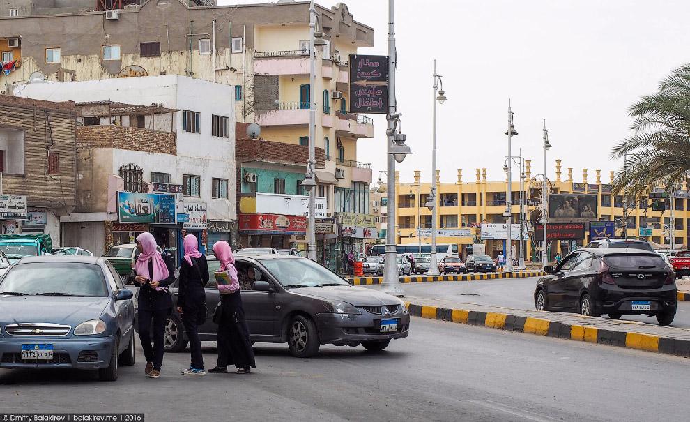 17. Пристают ко всем, кроме девушек в хиджабе. По словам Мадам Шазли, это не дань традициям, а