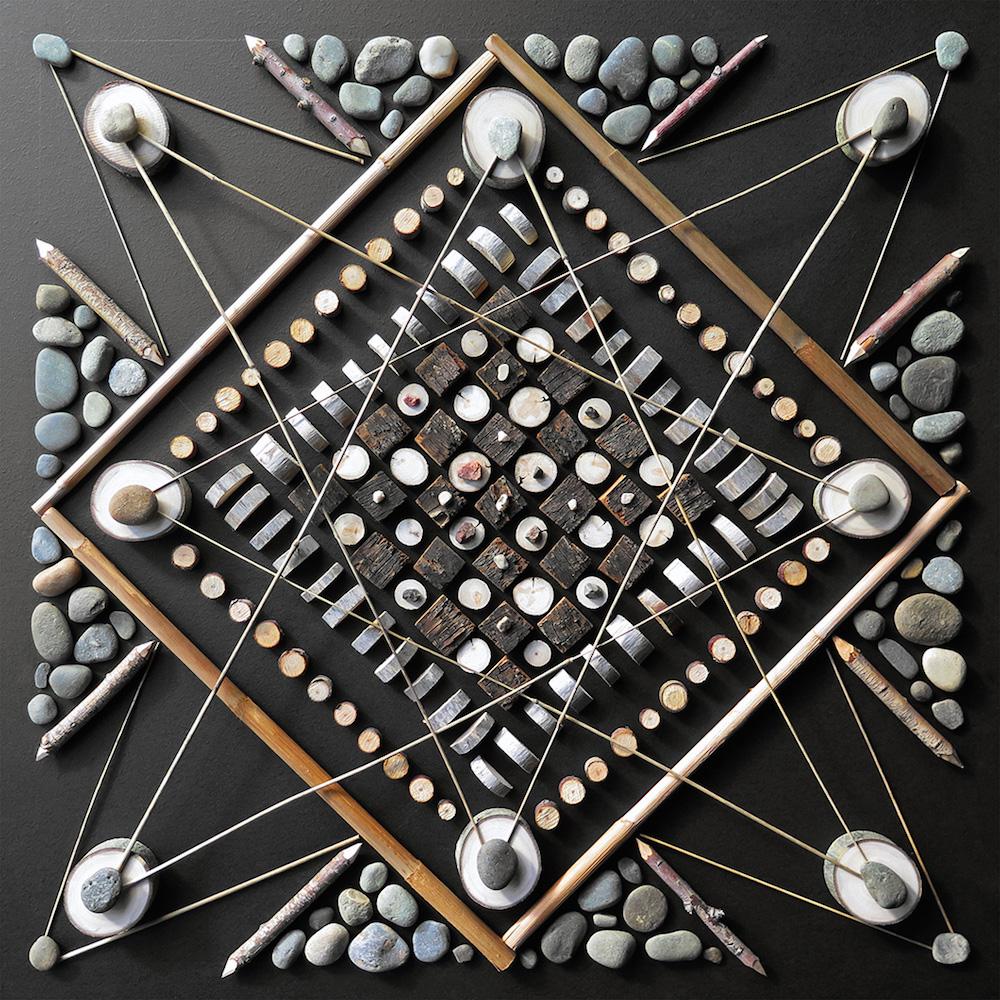 Схематичные узоры из камней и веток Matt W. Moore