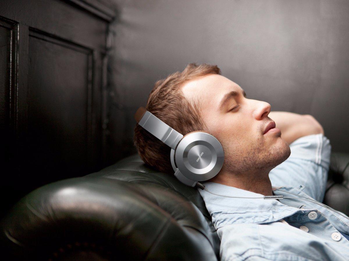 Слушайте белый шум или звуки природы. Даже во сне наш мозг прислушивается к звукам. А белый шум или